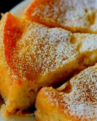 bizcocho de manzana en sarten